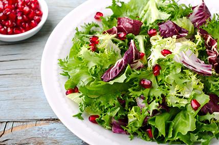 Salat mit Granatapfelkernen