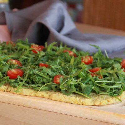 Ruccola-Pizza mit Parmesan
